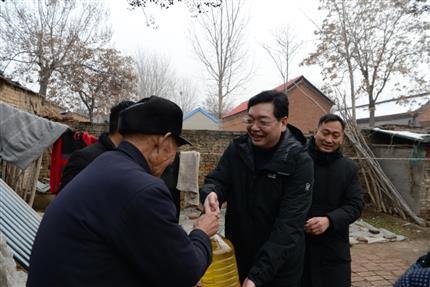 张明超春节前夕走访慰问后皇甫村